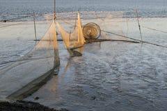 虾网在瓦登海处于低潮中日落的 图库摄影