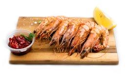 虾老虎,在橄榄油的油炸物,与大量大蒜,香料 库存照片