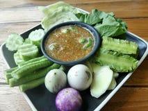 虾酱与新鲜蔬菜的辣椒垂度 免版税库存照片