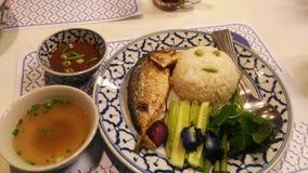 虾酱与鲭鱼油煎的和新鲜蔬菜的辣味番茄酱老普遍可口 库存图片
