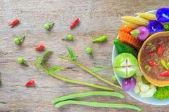 虾酱调味汁和菜在白色盘与木backg 免版税库存照片