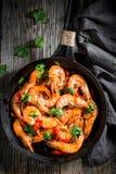 虾顶视图在平底锅的用大蒜和胡椒 免版税图库摄影