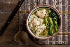 虾馄饨与choy总和的汤面 图库摄影