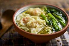 虾馄饨与choy总和的汤面 免版税库存照片