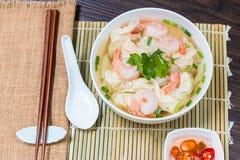 虾馄饨汤面用在汤的被炖的猪肉 免版税库存图片