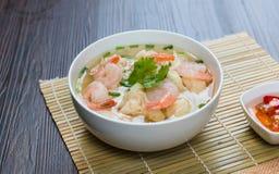 虾馄饨汤面用在汤的被炖的猪肉 免版税库存照片