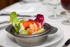 虾仁开胃品用在黄油莴苣的调味汁 免版税库存图片
