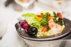 虾仁开胃品用荷兰芹柠檬和黑橄榄 免版税库存图片