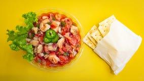 虾Ceviche用薄脆饼干和jalapeños 免版税库存照片