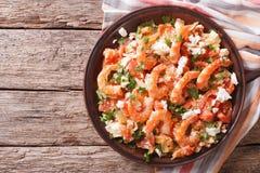 虾saganaki用蕃茄和希腊白软干酪在板材 horizont 库存照片