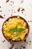 虾tikka masala和米在碗 免版税库存图片