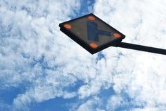 蚂蚁景色,看在交叉路的红绿灯背景蓝天白色云彩的每美好的天 免版税库存图片