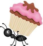 蚂蚁运载的杯形蛋糕 免版税库存照片