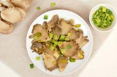 蚝蘑用在板材的韭葱 图库摄影