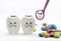 蛀牙哭泣与牙齿镜子 免版税库存图片