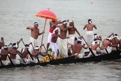 蛇乘舟组的划桨手 免版税库存图片