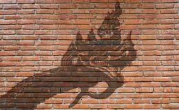 蛇在室外砖墙上的神街道画 图库摄影