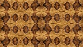 蛇皮纹理 与白色条纹和装饰品的黄色蛇皮皮革背景 库存照片