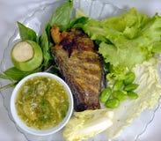 蛇皮吻口鱼鱼油煎的和菜 免版税图库摄影