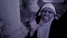 蛇神尼姑 尼姑服装的恶魔般妇女走在寺庙附近的 万圣节 股票录像