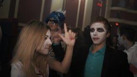 蛇神护士服装舞蹈的女孩在夜总会万圣夜党的人群 股票录像