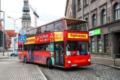 蛇麻草在蛇麻草城市观光旅游公共汽车的旅游红色双层甲板船在里加市街道上  库存图片
