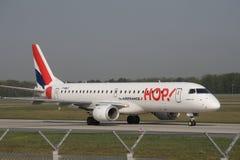 蛇麻草!在法兰克福机场的巴西航空工业公司ERJ-190 F-HBLF喷气机, FRA 免版税库存照片