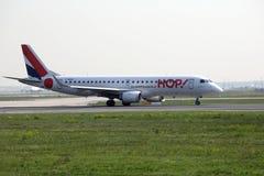 蛇麻草!在法兰克福机场的巴西航空工业公司ERJ-190 F-HBLF喷气机, FRA 免版税库存图片