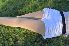 蛇麻草和腿在牛仔裤和leging属于美丽的女孩 库存照片
