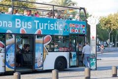蛇麻草在公共汽车的游人 库存图片