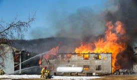 蛋农厂火 消防队员争斗燃烧的谷仓 免版税库存照片