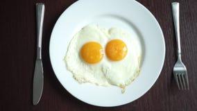 蛋叉子油煎的刀子牌照 把板材放用煎蛋在木桌上 影视素材