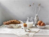 蛋和牛奶静物画 免版税库存照片