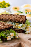 蛋和鲕梨三明治用乳脂干酪 免版税库存图片