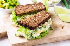 蛋和鲕梨三明治用乳脂干酪 库存图片