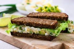 蛋和鲕梨三明治用乳脂干酪 免版税库存照片