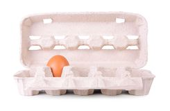 蛋在白色的纸盒包裹 免版税库存图片
