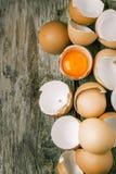 蛋壳和卵黄质 免版税库存图片