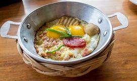 蛋平底锅早餐在一张木桌上的旅馆 免版税库存照片