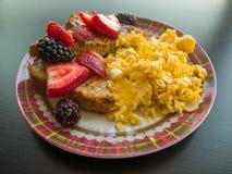 蛋果子和法式多士早餐板材 库存照片