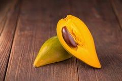 蛋果子Canistel黄色美洲热带树& x28; Pouteria campechiana & x28; Kunth& x29;B 免版税库存图片