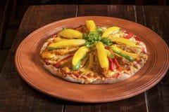 蛋比萨用葱和土豆 免版税图库摄影