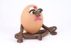 蛋滑稽的信奉瑜伽者 库存照片