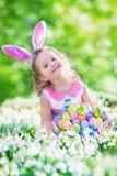 蛋狩猎的小女孩 免版税库存图片