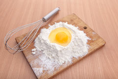 蛋白和卵黄质在地板在厨房用桌上 免版税库存照片