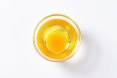 蛋白和卵黄质在玻璃碗 库存图片