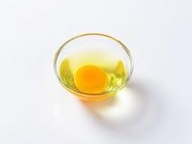 蛋白和卵黄质在玻璃碗 免版税库存照片