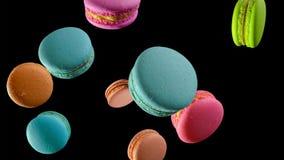 蛋白杏仁饼干不同在下跌在黑暗的背景的行动的 库存例证