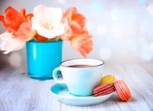 蛋白杏仁饼干和咖啡,茶母亲` s天 免版税库存图片