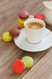 蛋白杏仁饼干和咖啡 免版税库存照片